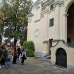 Bazylika w Kobyłce – uczniowie przed kościołem