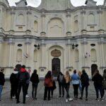 Uczniowie przed Bazyliką Świętej Trójcy w  Kobyłce
